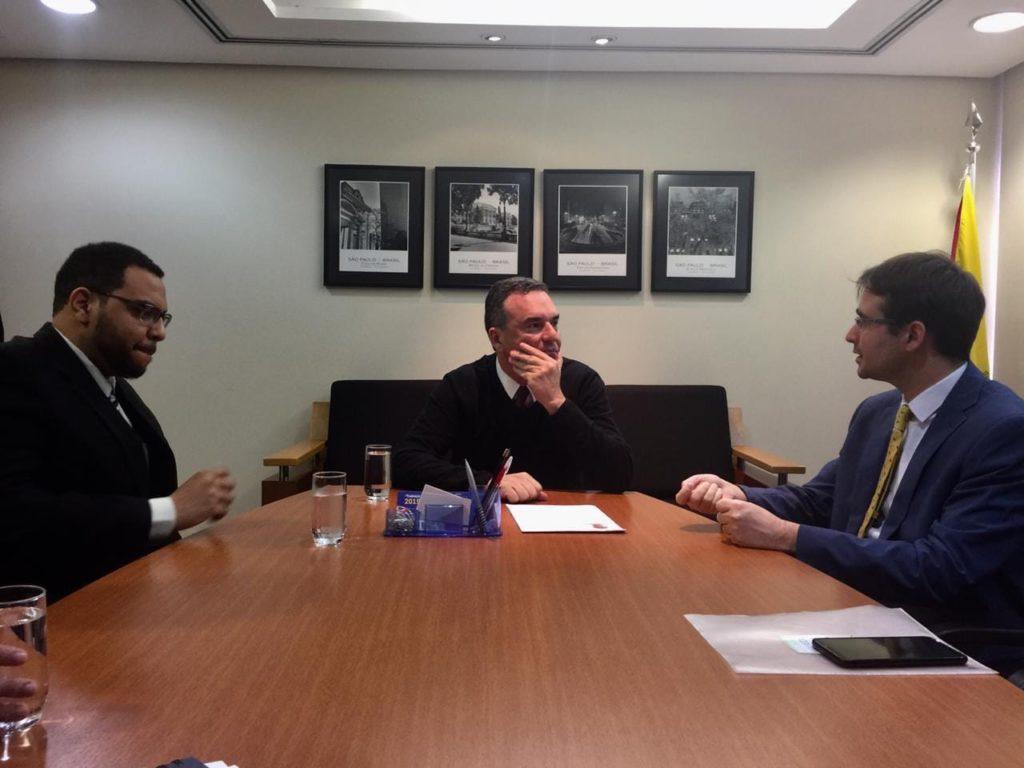Durante reunião com o Secretário de Habitação (centro) e o Vereador Arthur Spíndola (esquerda).